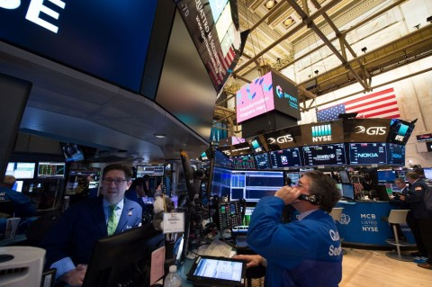 Masih 'Terinfeksi' Covid-19, Wall Street Tergelincir