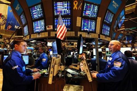 Kekhawatiran Covid-19 Kian Dalam, Wall Street Tumbang