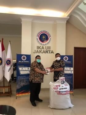 Alumni UII Salurkan Bantuan Alkes ke RS Rujukan Covid-19