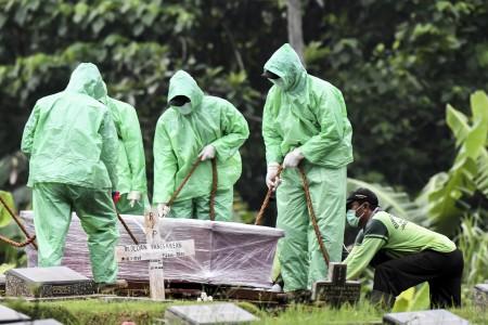 Polisi Kawal Pemakaman Jenazah Korban Korona