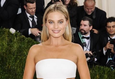 Margot Robbie Disebut Paling Ideal Perankan James Bond Selanjutnya