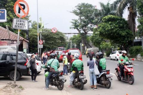 Polisi Bubarkan Kerumunan Ojek Online di Jakarta Timur