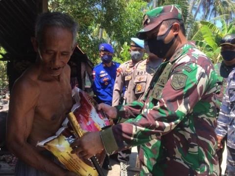 Lanal Dabo dan Polres Singkep Bagikan Sembako ke Warga Terdampak Covid-19