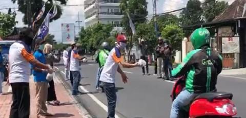 Arema FC Bagikan Makanan kepada Ojol dan Pekerja Jalanan