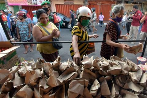 TNI-Polri Bali Berbagi Makanan di Hari Kartini
