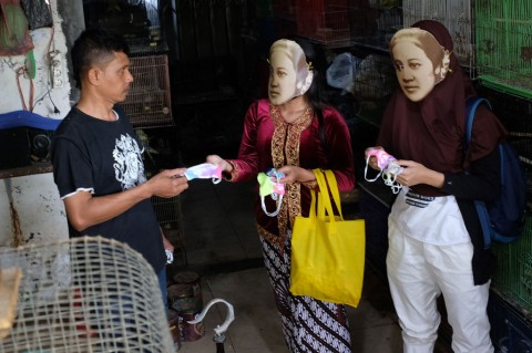 'RA Kartini' Bagikan Masker di Pasar Hewan Solo