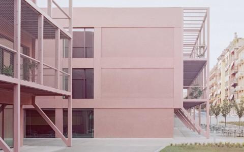 Sekolah Tua di Torino Dipermak dengan Baja Merah Muda