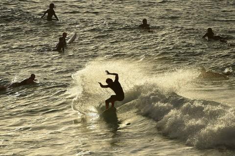 Pantai Bondi Dibuka Kembali untuk Selancar dan Berenang