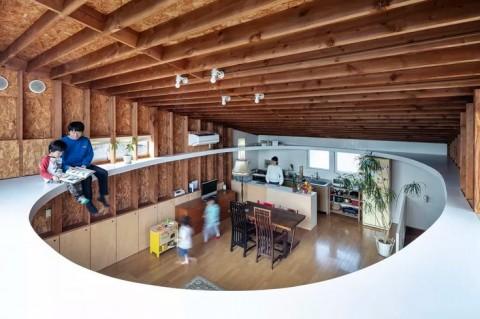 Desain Rumah Unik dengan Lubang di Ruang Tamu