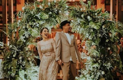 Ziarah, Istri Bawakan Bunga Putih Favorit Glenn Fredly