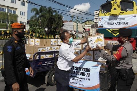 PT KAI Bagikan Paket Sembako Gratis