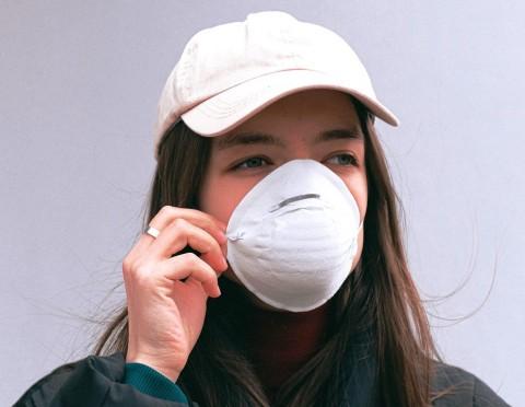 Jangan Memakai Make Up ketika Mengenakan Masker, Ini Alasannya