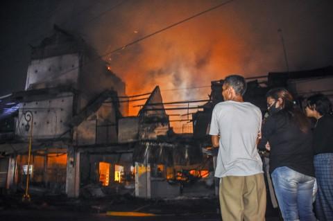 Sebuah Toko Makanan Beku di Mataram Habis Dilalap Api