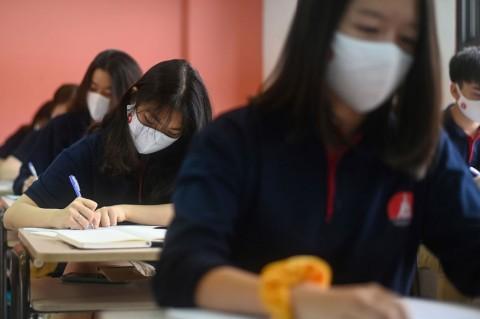 Siswa di Vietnam Kembali Bersekolah