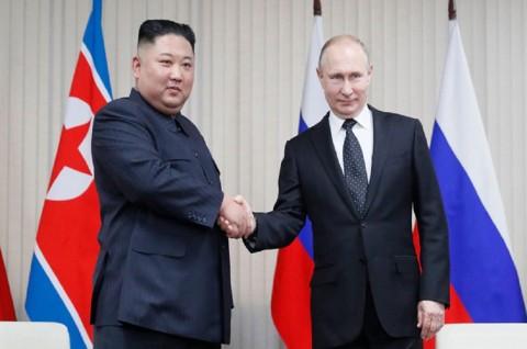 Putin Beri Medali Penghargaan untuk Kim Jong-un