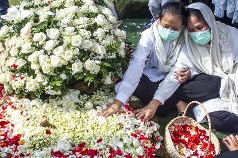 Suasana Pemakaman Djoko Santoso