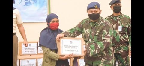 TNI AU Bagikan Sembako dan APD di Pancoran