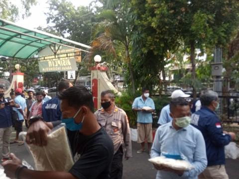Polisi Beri Bantuan untuk Sopir Ojol hingga Petugas Kebersihan