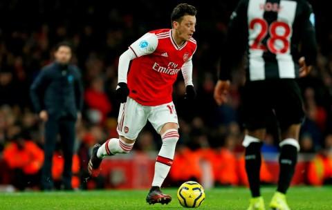 Oezil Masih Bertahan di Arsenal Semusim Lagi