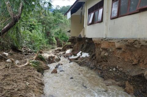 Sekolah di Gayo Lues Aceh Ambruk Diterjang Longsor