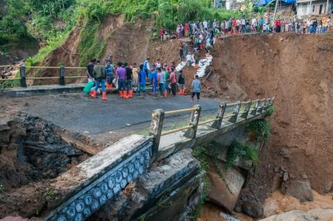 Jembatan Penghubung Banten-Jawa Barat Putus Akibat Banjir