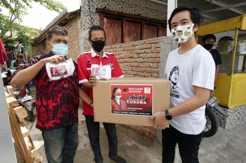 Putra Presiden Salurkan Bantuan Masker dari Ketua DPR