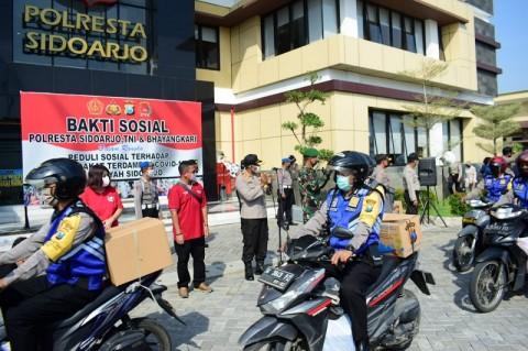 Polresta Sidoarjo <i>Door to Door</i> Bagikan Sembako
