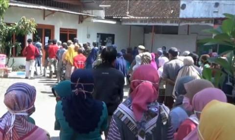 Pembagian Bantuan Tunai di Bojonegoro Abaikan Jaga Jarak
