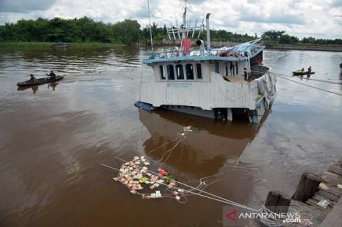 Kapal Sembako Tenggelam di Pekanbaru Jadi Rebutan Warga