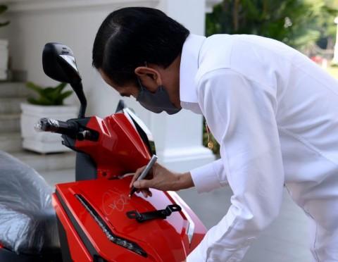Motor Listrik Bertanda Tangan Presiden Jokowi Dilelang di Konser Berbagi Kasih Bersama Bimbo