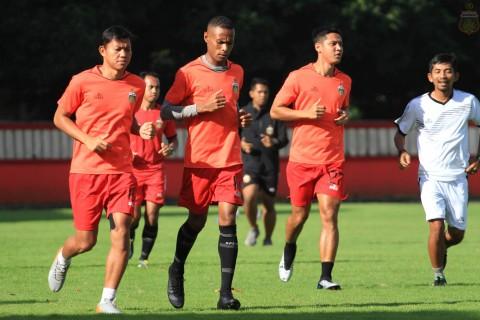 Lelang <i>Jersey</i> Bhayangkara FC, Ruben Sanadi Bantu Tim Medis Papua