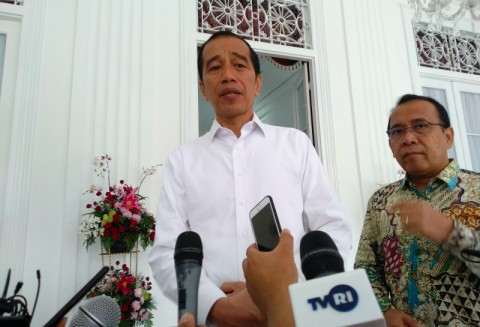 Jokowi Inspects Distribution of Food Packages in Central Jakarta