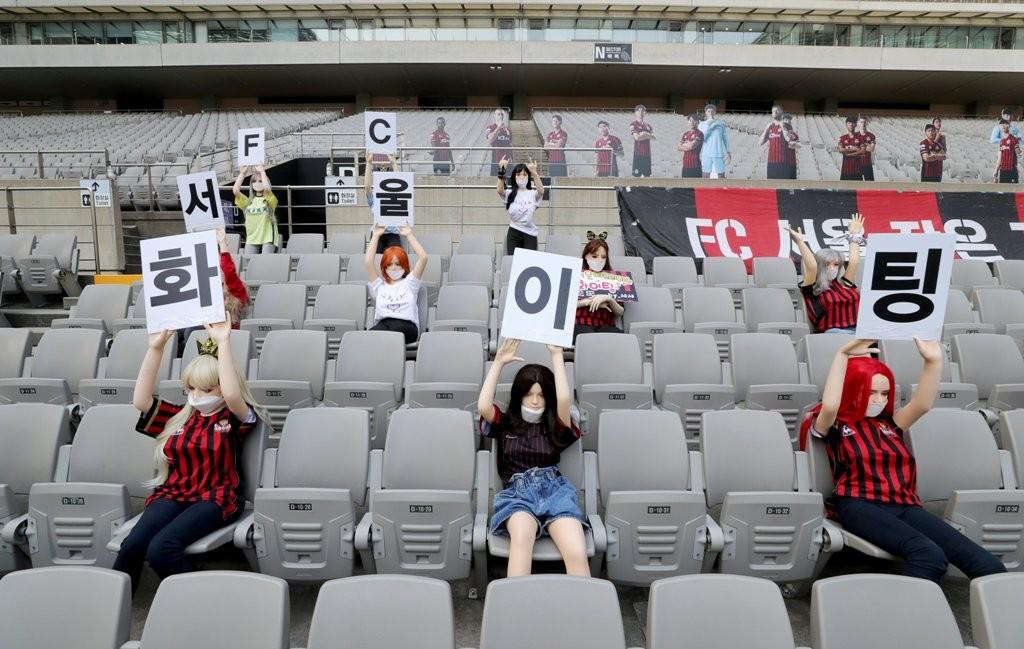 Boneka seks gantikan penonton di tribun Stadion Seoul World Cup. (YONHAP / AFP)