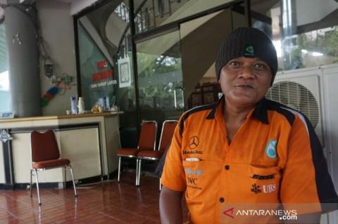 Korban PHK Pulang Kampung Jalan Kaki Jakarta-Solo