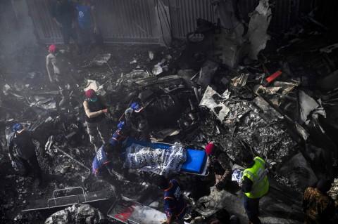 Pesawat dengan 100 Penumpang Jatuh di Pakistan