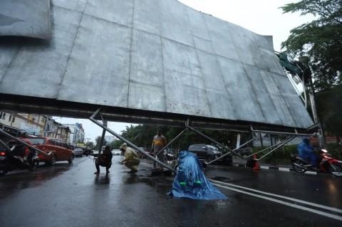 Cuaca Buruk Tumbangkan Pepohonan dan Baliho di Palembang