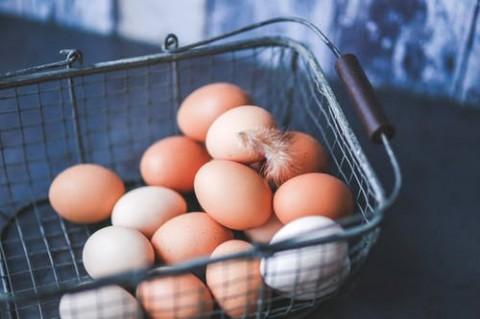 Trik Memecahkan Telur dengan Tepat