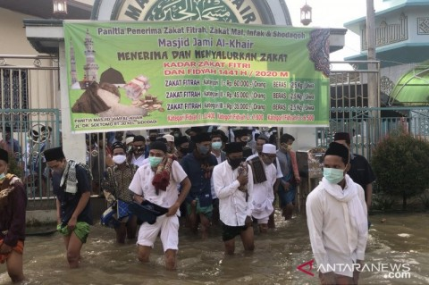 Warga Samarinda Salat Id di Tengah Banjir