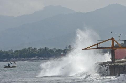 Gelombang Tinggi Hantam Pesisir Pantai Ampenan