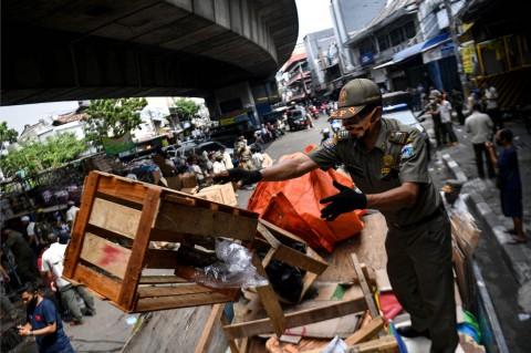 Satpol PP Tertibkan PKL di Kolong Jalan Layang Asemka