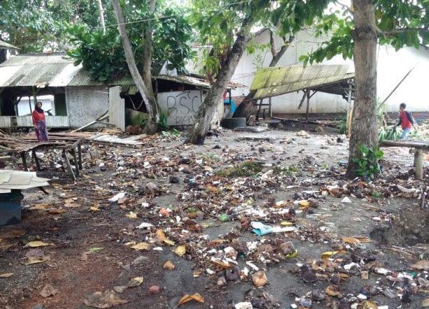 Sejumlah warga membersihkan lingkungan rumahnya setelah dilanda banjir rob di pesisir pantai Kabupaten Tasikmalaya, Jawa Barat, Rabu, 27 Mei 2020. ANTARA/HO-Relawan BPBD Tasikmalaya