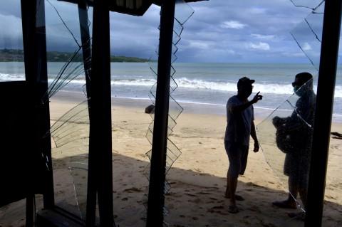 Sejumlah Kafe di Pantai Jimbaran Rusak Diterjang Gelombang Tinggi
