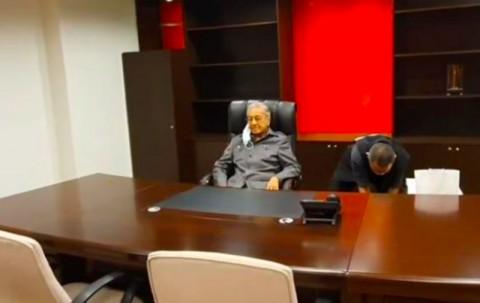 Tolak Dipecat, Mahathir 'Duduki' Kantor Partai Bersatu