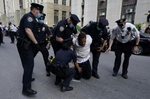 Demo Mengecam Kematian Floyd Meluas ke Seantero AS