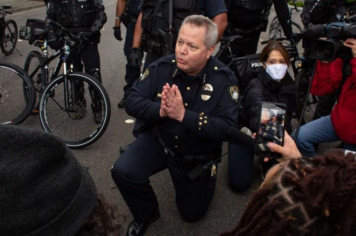 Momen Polisi AS Berlutut di Hadapan Demonstran George Floyd