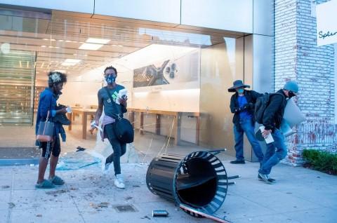 Penjarah Toko Apple tak Bisa Jual Atau Pakai iPhone Curian