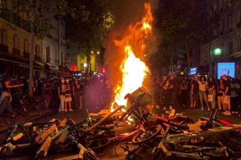Unjuk Rasa Anti-Rasisme George Floyd Meletus di Paris