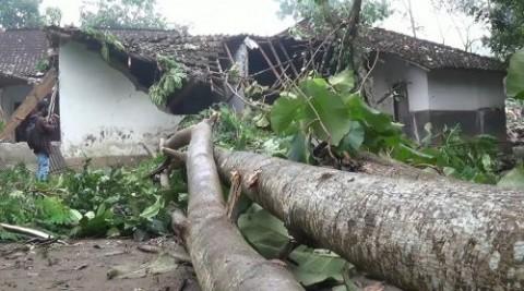 Belasan Rumah di Blitar Hancur Diterjang Angin Puting Beliung
