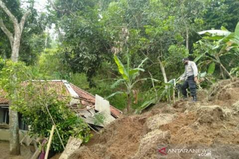 Puluhan KK di Cianjur Mengungsi Akibat Longsor