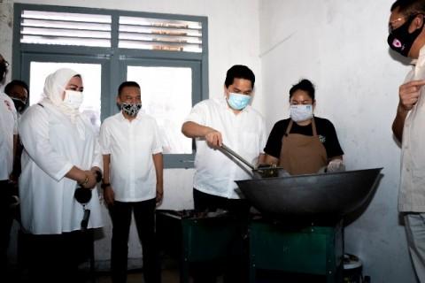 Erick Thohir Kunjungi Dapur Umum Covid-19
